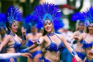 Las comparsas participan con bailes en el desfile del carnaval de Ensenada