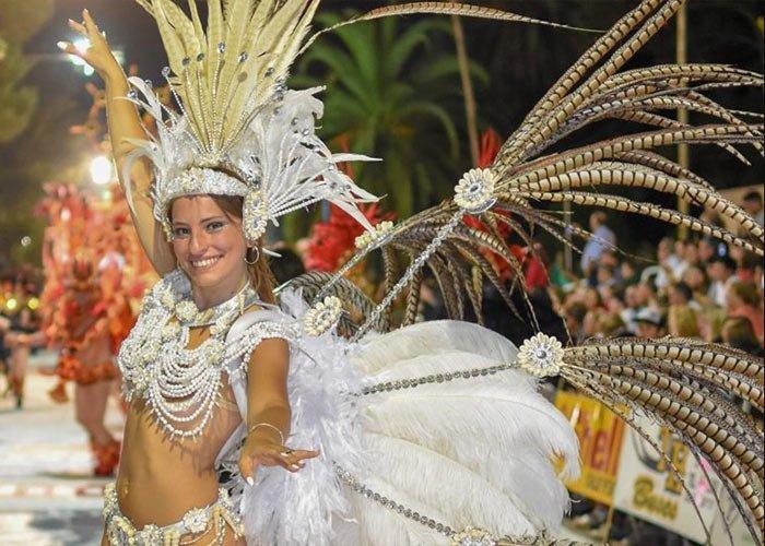 Las comparsas se presentan en el corsódromo durante el caranval de 25 de Mayo