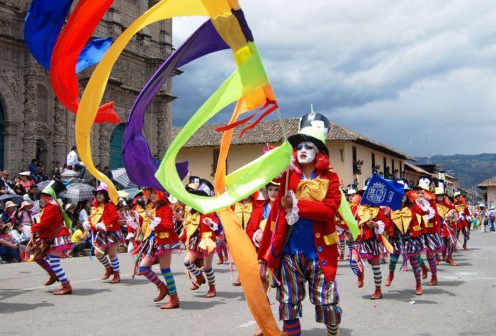 Las comparsas y patrullas usan vivos colores durante el carnaval de Cajamarca