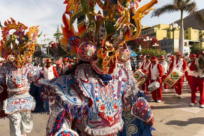 Las diferentes agrupaciones cuentan con bailes, trajes y música típica que representa sus tradiciones en el carnaval de Arica