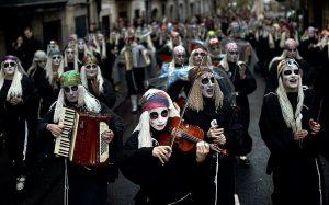 Las lamias realizan interpretaciones a lo largo de la ciudad en su desfile de carnaval de mundaca