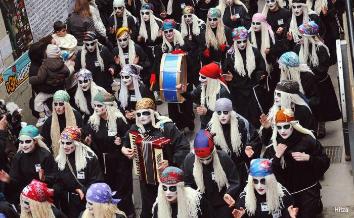 Las lamias recorren la ciudad de Mundaca durante los carnavales tocando música y cantando