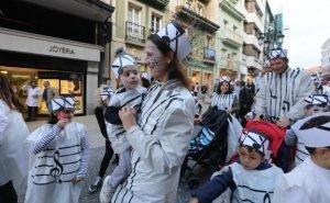 Las personas desfilan durante el carnaval de Avilés con trajes