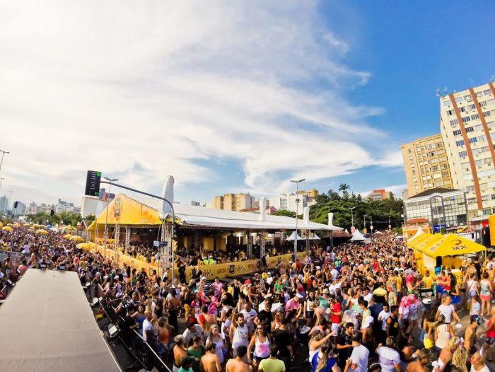 Las personas de Florianópolis llenan las calles para ver a los blocos durante el carnaval