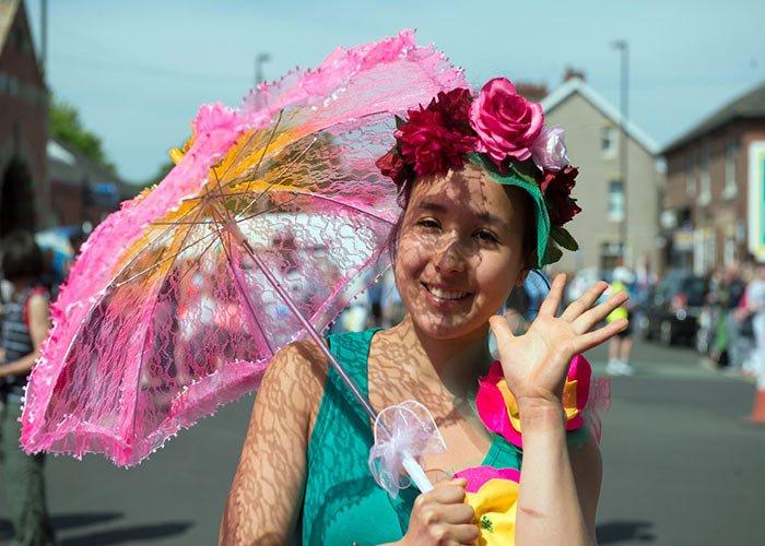 Las personas de Whitley Bay desfilan durante los carnavales gracias a una iniciativa de revivir las fiestas en la localidad