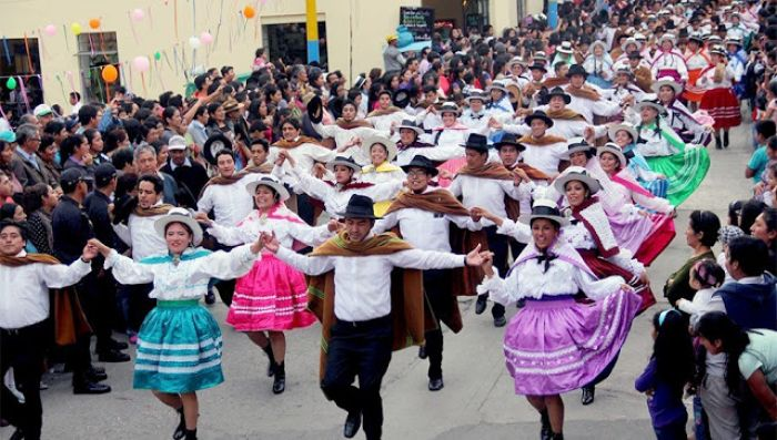 Las personas desfilan durante el carnaval de Abancay