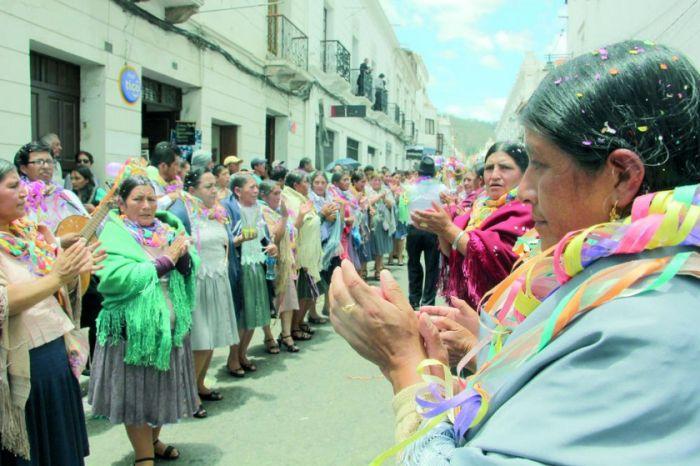 Las personas festejan, cantan y bailan en las calles durante el carnaval de Sucre en Bolivia