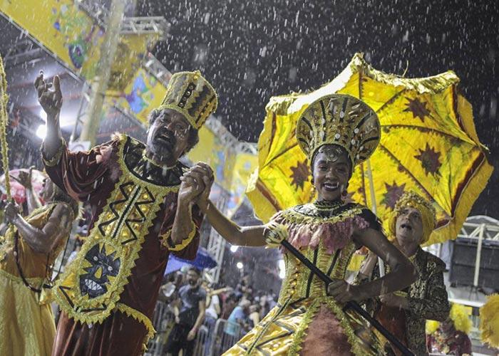 Las personas festejan el carnaval de Fortaleza en la Avenida Domingos Olípio vistiendo trajes coloridos y el ritmo de maracatu