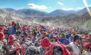 Las personas se arrojan agua y harina en los carnavales de Tilcara