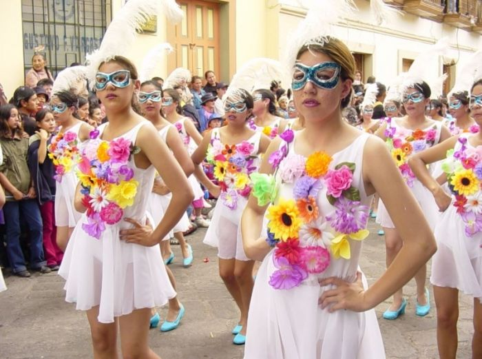 Las personas se preparan para realizar el desfile en el carnaval de Guaranda