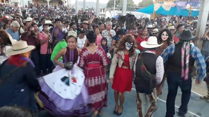 Las personas se reúnen durante el carnaval de Pinotepa de Don Luis para realzar el desfile con las reinas del carnaval