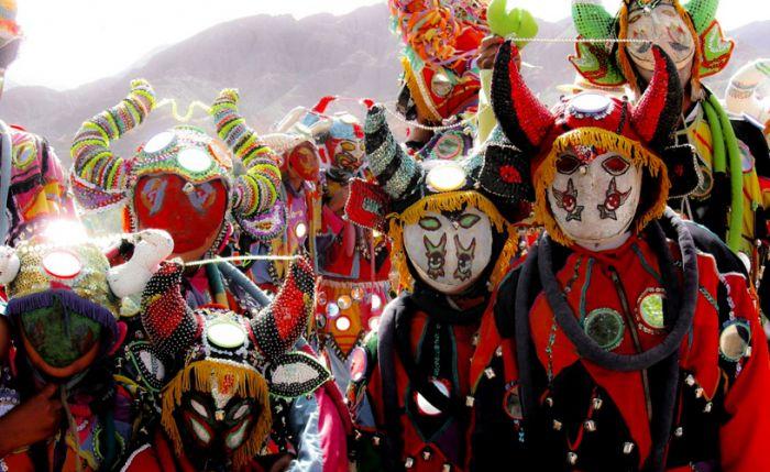 Las personas usan máscaras y trajes coloridos en los carnavales de Tilcara