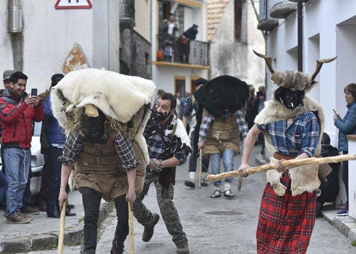 L'onso y el domador recorren las calles de Bielsa durante el desfile del carnaval