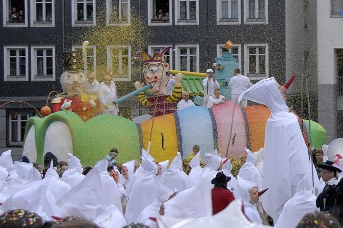 Los Blancs-Moussis acompañan el desfile durante los carnavales de Stavelot