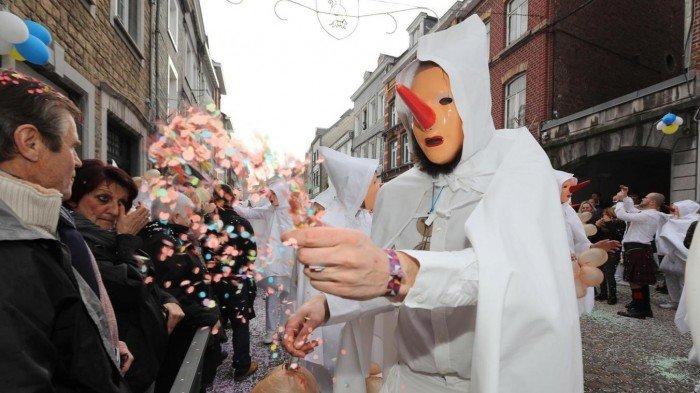 Los Blancs-Moussis hacen tonterías, bailan y molestan a la gente durante los carnavales de Stavelot