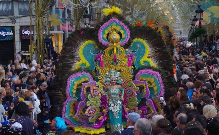 Los Dioses del Carnaval de Málaga son los representantes de las fiestas y visten prendas coloridas y de gran tamaño