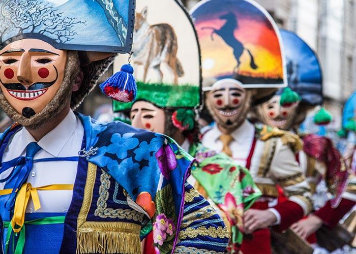 Los Peliqueiros y Cigarrones son las figuras principales de los carnavales de Laza y Verín. Usan mascarás y mitra