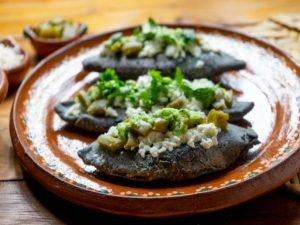 Los Tlacoyos son tortillas típicas de la región
