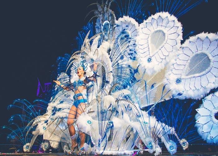 Los carnavales de Vinaròs están cargados de vestuarios imponentes y coloridos durante la Gran Gala de Reinas y Reyes