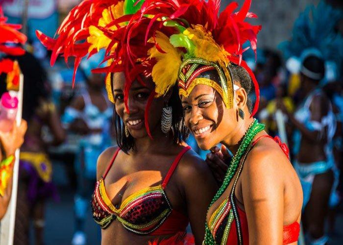 Los carnavales decembrinos de San Cristóbal y Nieves son el evento más esperado. La gente sale a las calles a festejar con calipso y bailes