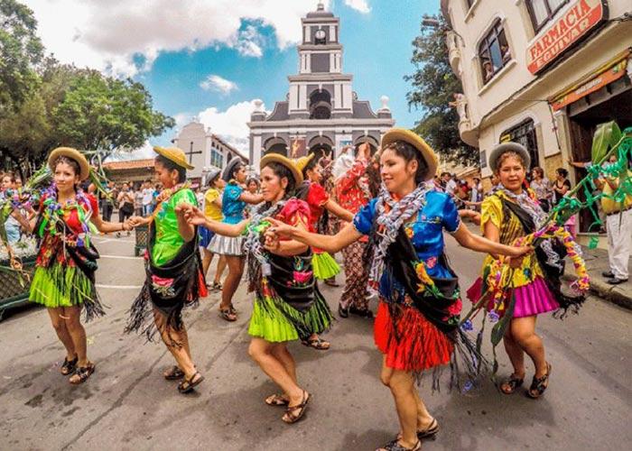 Los carnavales en Tarija es la celebración más esperada. La gente sale a la calle a festejar con ropas coloridas y música tradicional