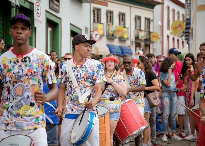 Los carnavales de Diamantina se encienden con los blocos, recorren la ciudad tocando música tradicional y poniendo a la gente a bailar