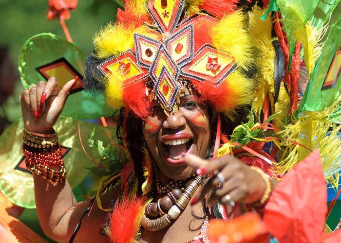 Los colores de los disfraces en el carnaval de Preston refleja la cultura caribeña de los locales