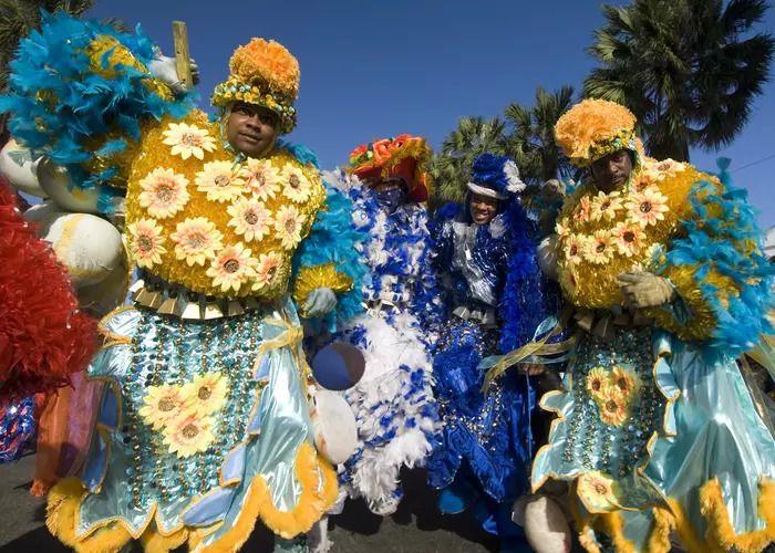 Los colores y disfraces abundan en los carnavales de Santo Domingo