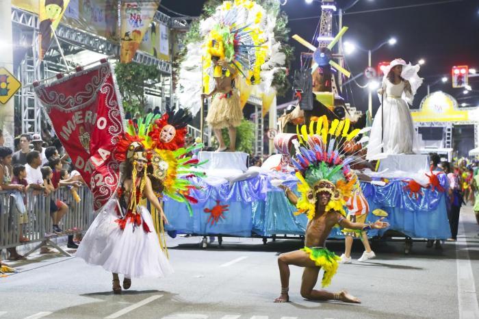 Los desfiles de la Avenida Domingo Olímpio se celebra con trajes coloridos, carrozas y música