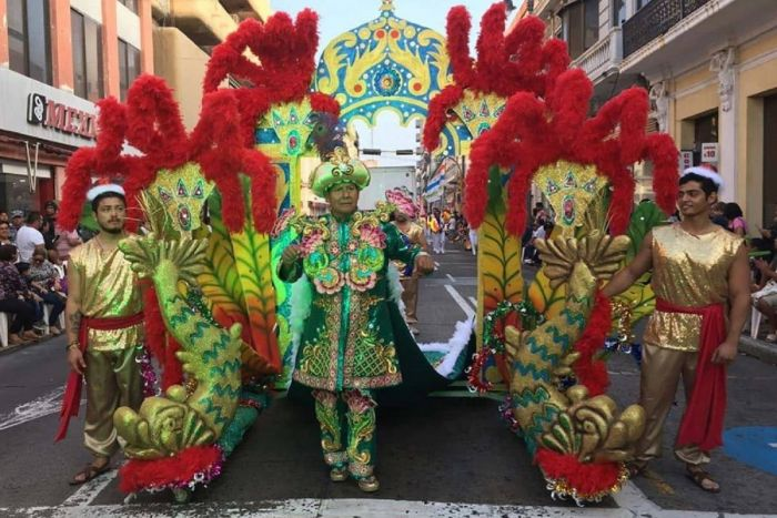Los desfiles de la ciudad de Veracruz cruzan el bulevar principal con disfraces y carrozas