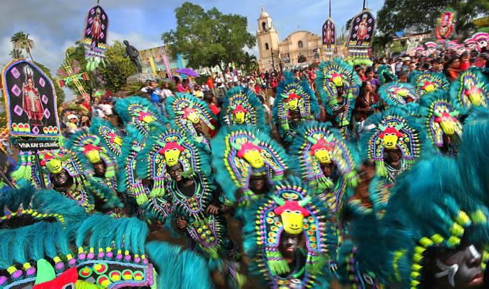 Los desfiles de los festivales de Ati-Atihan se llenan de trajes coloridos tradicionales y bailes