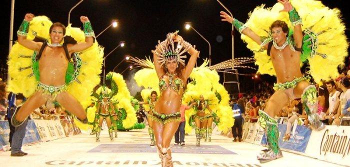 Los desfiles del carnaval de Gualeguaychú se celebran en el corsódromo donde participan 3 agrupaciones
