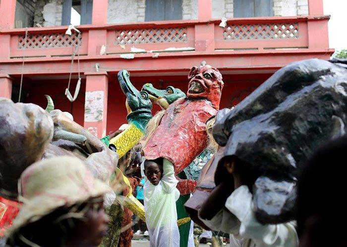 Los desfiles del carnaval de Jacmel se celebran con máscaras hechas por aristas locales que asemejan animales fantásticos