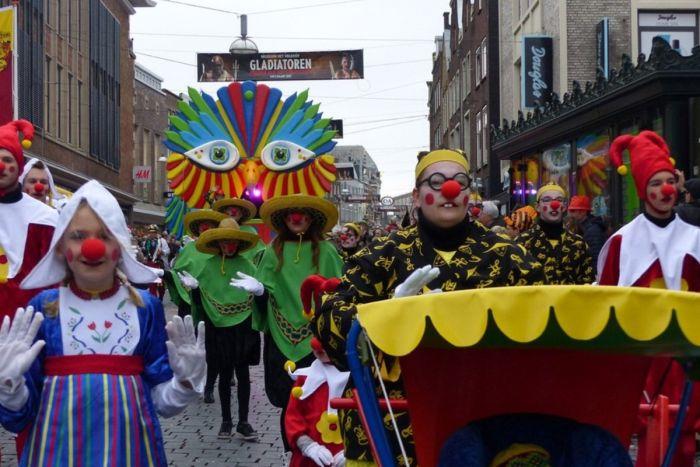 Los desfiles del carnaval de Nimega atraviesan la ciudad durante el segundo día de fiestas