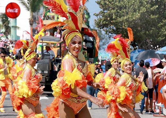 Los desfiles del carnaval de Veracruz están llenos de comparsas que realizan sus coreografías con trajes coloridos