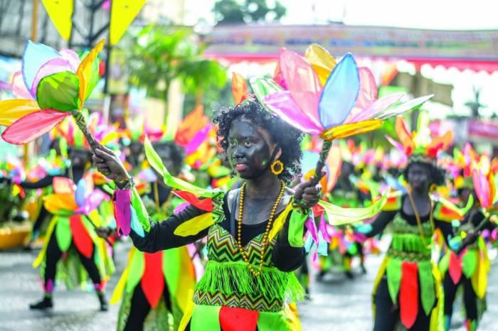 Los desfiles del festival de Ati-Atihan cuenta con coloridos trajes, pintura oscura y baile