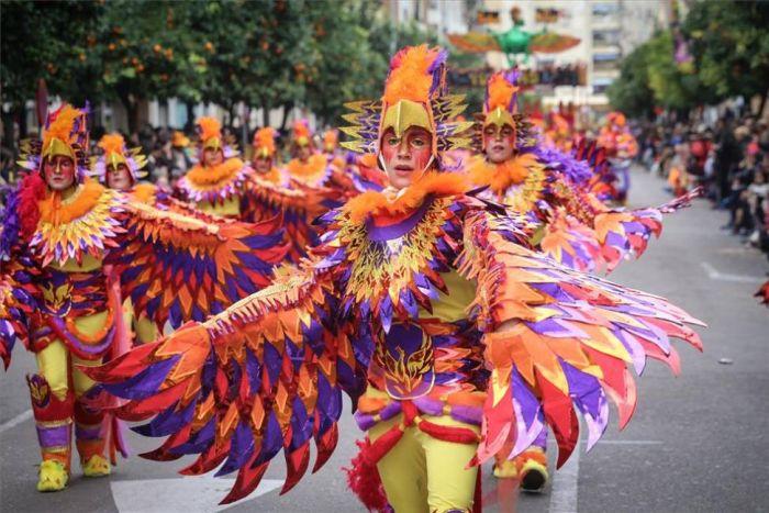 Los desfiles se componen de las agrupaciones y comparsas que durante el trayecto realizan coreografías