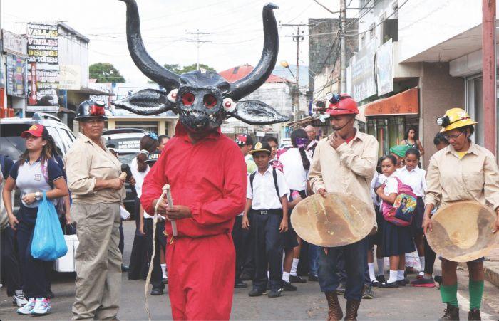 Los diablos del Callao atraviesan los desfiles del carnaval del Callao. Llevan látigos para conservar el orden