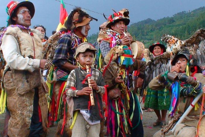 Los diferentes grupos del país se reúnen en el carnaval de Pukllay para festejar la pluralidad