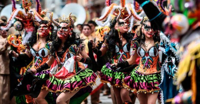 Los grupos usan vestimentas y máscaras típicas para la competencia de la Fiesta de la Virgen de la Candelaria de Puno