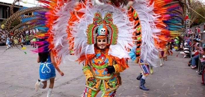 Los huehues elaboran piezas de baile durante el carnaval de Tlaxcala