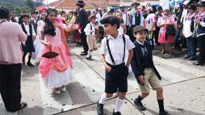Los niños también se disfrazan durante el carnaval de antaño en el carnaval de sucre en Bolivia