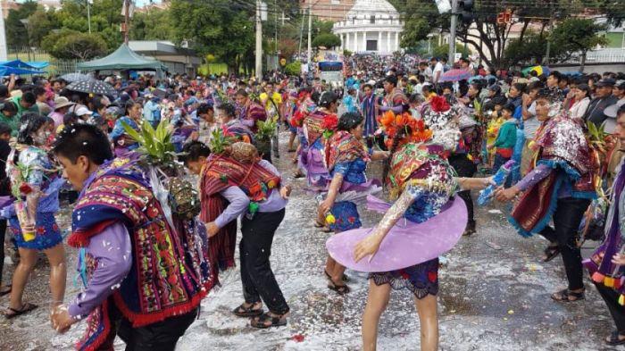 Los niños juegan con confeti, agua y cáscaras de huevos con perfume durante los carnavales de sucre en Bolivia