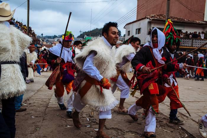 Los participantes del carnaval de San Juan de Chamula realizan presentaciones culturales y recorren los poblados