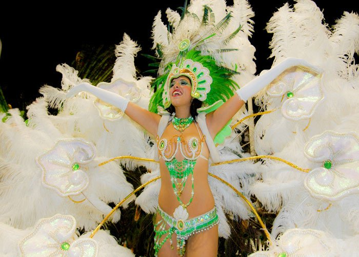 Los participantes del desfile del carnaval de Gualeguaychú compiten por el primer lugar de los carnavales con grandes trajes y coreografías