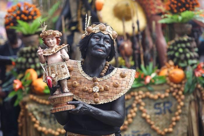 Los participantes llevan consigo figuras del niño Jesús durante los desfiles del festival Ati-Atihan