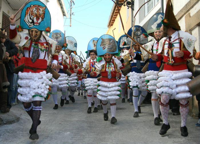 Los peliquieros recorren las calles durante los carnavales de Laza