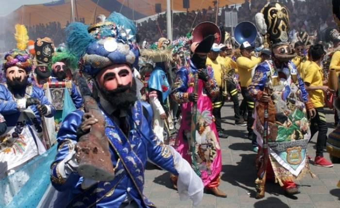 Los personajes del carnaval de Huejotzingo se reúnen las calles para realizar los batallones