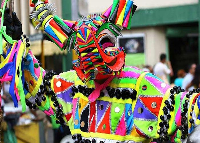 Los pobladores de Guaranda visten prendas con diseños indígenas para honrar a sus antepasados durante los carnavales