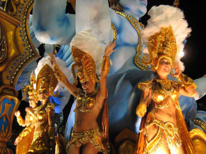 Los trajes de los participantes de los carnavales de Gualeguaychú son coloridos y están hechos de plumas, cristales y lentejuelas